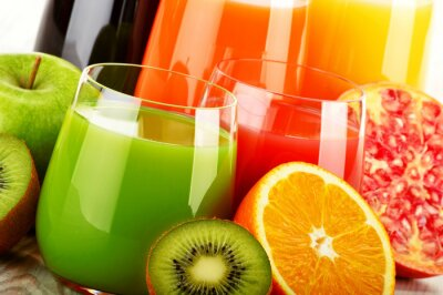 Poster Vidros de suco de fruta assorted. Detox dieta