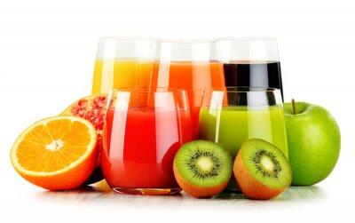 Poster Vidros de sumos de fruta assorted isolados no branco. Detox dieta