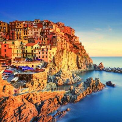 Poster Vila de Manarola, rochas e mar ao pôr do sol. Cinque Terre, Itália