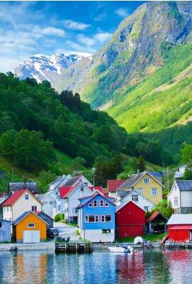 Poster Village e Vista para o mar em montanhas no fiorde de Geiranger, Noruega