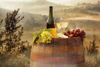 Poster Vinho branco com barril no vinhedo em Chianti, Toscana, Itália