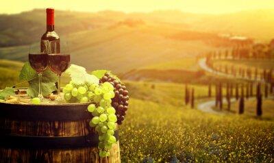 Poster Vinho vermelho com barril na vinha em verde Toscana, Itália