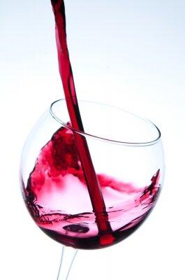 Poster Vinho vermelho que derrama no vidro de vinho
