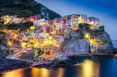Poster Visão noturna cénico do colorido aldeia Manarola em Cinque Terre