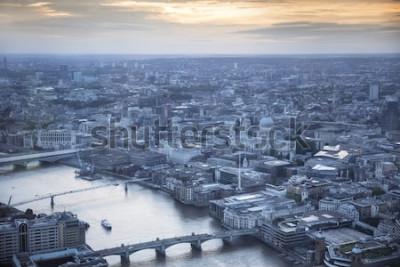 Poster Vista aérea da cidade de Londres ao entardecer. Com o rio Tamisa, a catedral de St. Pauls e o distrito financeiro em primeiro plano.
