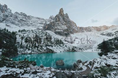 Poster vista bonita em rochas brancas enormes de montanhas de Dolomiti (dolomites). Lago Braies (Lago Di Braies) no verão. O lago natural o maior nas dolomites, Tirol sul, Itália, Europa.