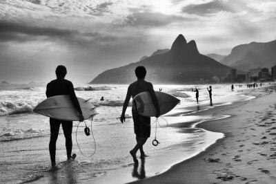 Poster Vista cênica em preto e branco do Rio de Janeiro, Brasil, com surfistas brasileiros caminhando ao longo da costa da Praia de Ipanema