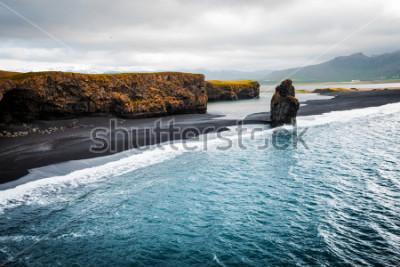 Poster Vista na praia de Kirkjufjara e no penhasco de Arnardrangur. Vale do Myrdal do lugar, Oceano Atlântico perto da vila de Vik, Islândia, Europa. Imagem cênica da paisagem surpreendente da natureza. Desc