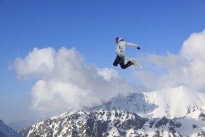 Poster Voando snowboarder em montanhas. Esporte radical.