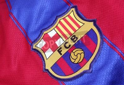Poster Barcelona, Espanha - 28 de janeiro de 2012: A crista do Barcelona Futebol Clube em uma camisa oficial. FC Barcelona foram fundadas em 1899.