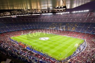 Poster BARCELONA - SETEMBRO 13: Multidão de povos no estádio Camp Nou antes do jogo da Champions League entre FC Barcelona e AC Milan, contagem final 2-2, em 13 de setembro de 2011, em Barcelona, na Espanh