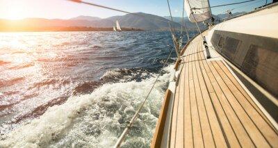 Poster Yacht vela em direção ao pôr do sol. Vela. Iate de luxo.