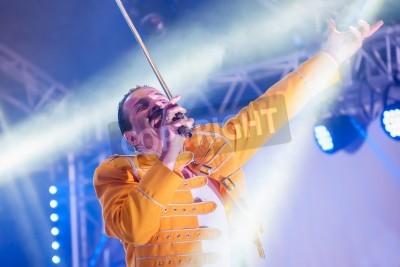 Poster Yateley, Reino Unido - 30 de junho de 2012: Professional Freddie Mercury artista tributo Steve Littlewood apresentando no Festival GOTG em Yateley, Reino Unido