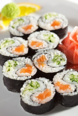 Poster Yin Yang Maki Sushi - rolo feito de salmão fresco e pepino para dentro. Nori Outside