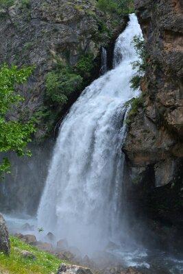 Quadro A cachoeira segue de alto penhasco