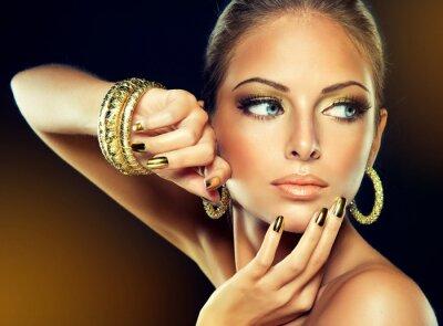 Quadro A menina com a maquiagem de Ouro e pregos de metal.