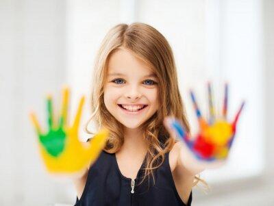 Quadro A menina de sorriso que mostra as mãos pintadas
