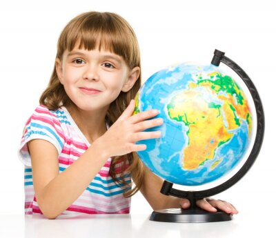 Quadro A menina é examinar globo
