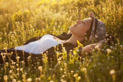 Quadro A menina em um chapéu dremet entre flores silvestres
