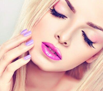 Quadro A menina loura bonita com maquiagem lilás