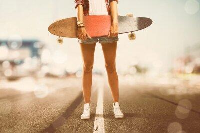 Quadro A menina prende Longboard