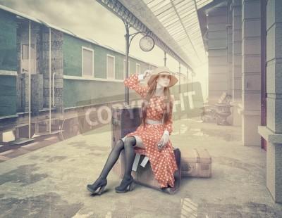 Quadro A menina sentada na mala esperando na estação de trem retro. Estilo de cartões de cores vintage