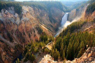 Quadro Abaixe quedas - a luz solar ilumina o pulverizador enquanto o rio de Yellowstone trava sobre as quedas mais baixas no Grand Canyon de Yellowstone.