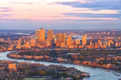 Quadro Aéreo, vista, leste, londres, financeiro, distrito, canário, cais, Docklands, circundado, thames, rio, edifícios, iluminado, coloridos, pôr do sol