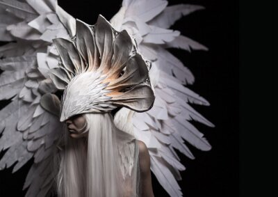 Quadro Anjo, traje, conceito, cinematic, um retrato de uma rapariga e de uma peruca branca, que carreg uma grande máscara branca e umas grandes asas brancas. Dramático