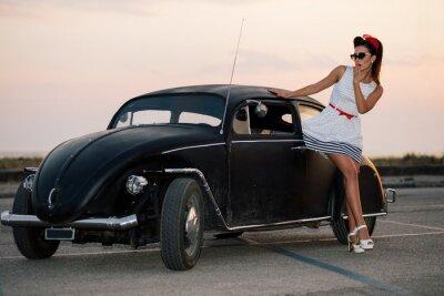Quadro Beautiful girl pin-up que levanta com carro de estrada quente