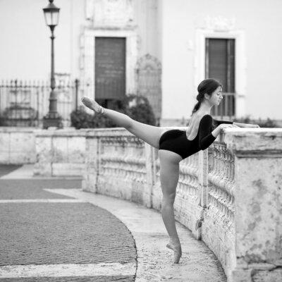 Quadro Bela bailarina nova na Praça de Espanha em Roma,