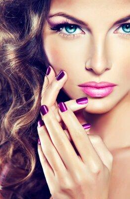 Quadro bela modelo com cabelo encaracolado e manicure roxo