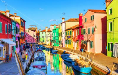Quadro Bela vista dos canais de Burano com barcos e edifícios bonitos e coloridos. A aldeia de Burano é famosa pelas suas casas coloridas. Veneza, Itália.