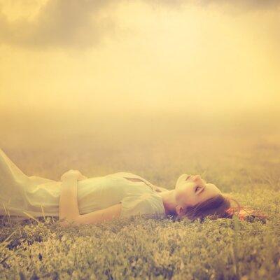 Quadro belas jovens sonhos da menina de mentir em um prado magia na Primavera