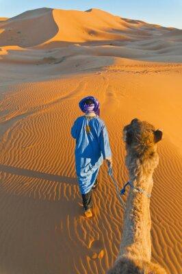 Quadro Berbere andando com camelo no Erg Chebbi, Marrocos