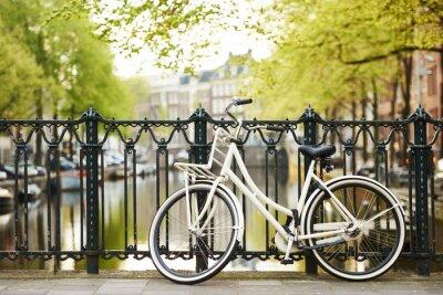 Quadro bicicleta na rua na cidade de Amsterdam