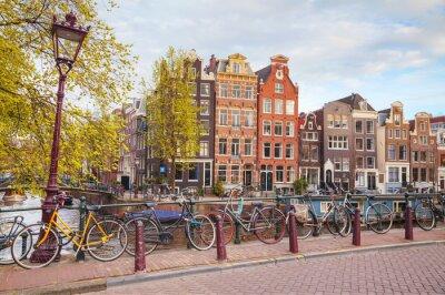 Quadro Bicicletas estacionadas em uma ponte em Amsterdã