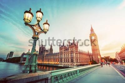 Quadro Big Ben visto da ponte de Westminster, Londres, o Reino Unido. no pôr-do-sol. Luz de lâmpada de rua retrô. Vintage