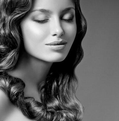 Quadro Brunette romântico com cabelo encaracolado