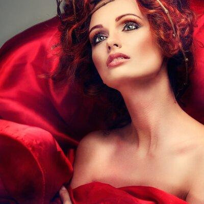 Quadro Cabelos vermelhos. Retrato da menina bonita em tecido vermelho