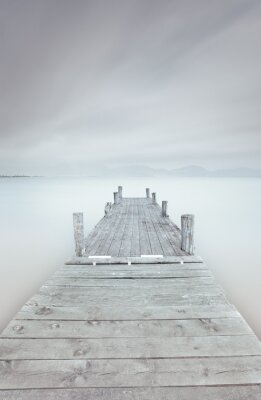 Quadro Cais de madeira no lago em um clima nublado e nublado.