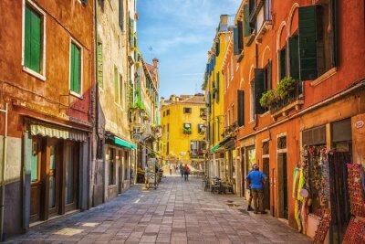 Quadro Canal estreito entre velhas casas de tijolos coloridos em Veneza