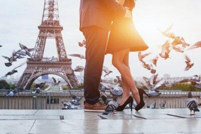 Quadro Casal perto da torre Eiffel em Paris, beijo romântico