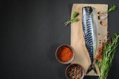 Quadro Cavala fresca dos peixes no fundo escuro de acima. Peixe, aromático, ervas, temperos - saudável, alimento, dieta, cozinhar, conceito