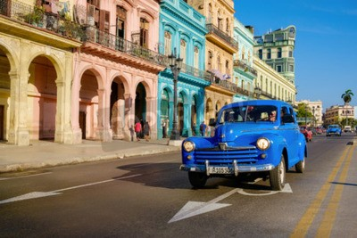 Quadro Cena de rua com carro velho e edifícios coloridos em Havana Velha