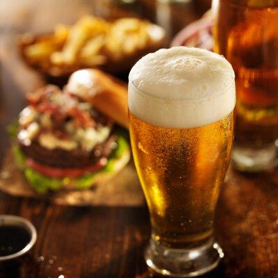 Quadro cerveja com hambúrgueres na tabela do restaurante