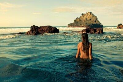 Quadro Chica sentada en la Orilla del mar