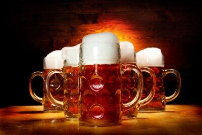 Quadro Cinco copos de cerveja na tabela de madeira