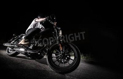 Quadro Close up de uma moto de alta potência à noite, helicóptero.