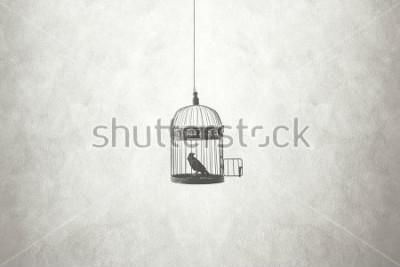 Quadro conceito mínimo de liberdade, pássaro em uma gaiola aberta